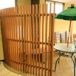 ほどよい開放感と汚れがたまりにくい木製風フェンスの目隠し/展示場より